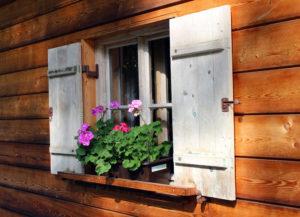 Comment redonner du cachet à ses vieux volets en bois ?