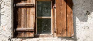 Comment éliminer la moisissure sur vos fermetures en bois ?